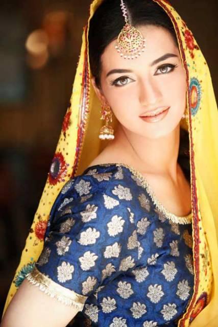 golden-bridal-mehndi-makeup