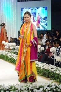 mehndi-dresses-by-pakistani-designers-2015