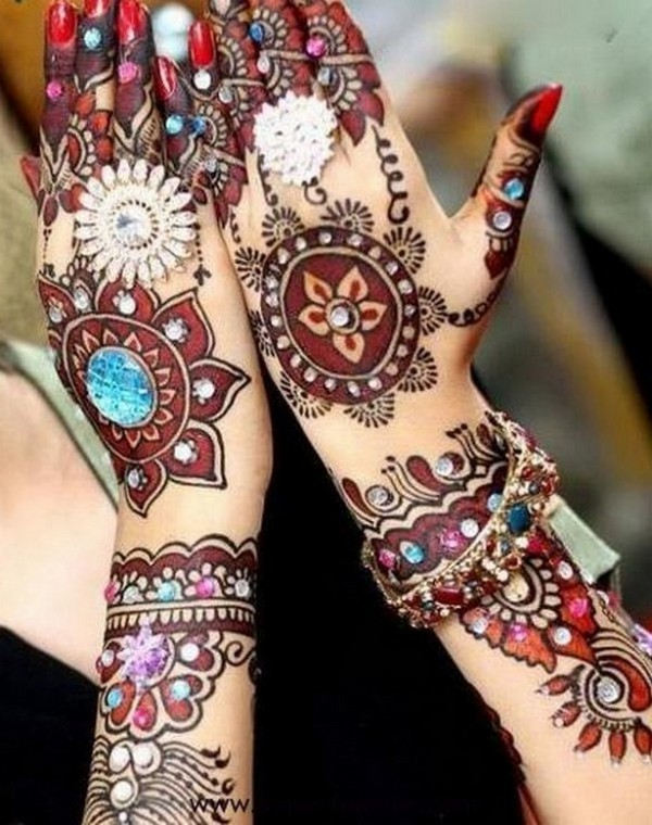 How-To-Apply-Mehndi-Designs-On-Your-Hands-In-Bridal-Occasion-05