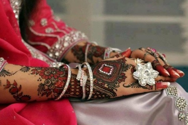 Maroon-Mehandi-for-Wedding-Outfits