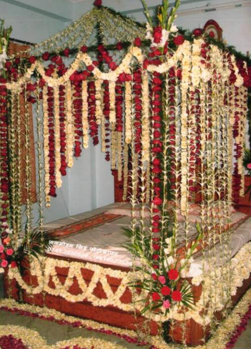 Beautiful-Bridal-Wedding-Bedroom-Decoration-Masehri-Designs-With-Flowers-Idea-Pics-Pakistan-India