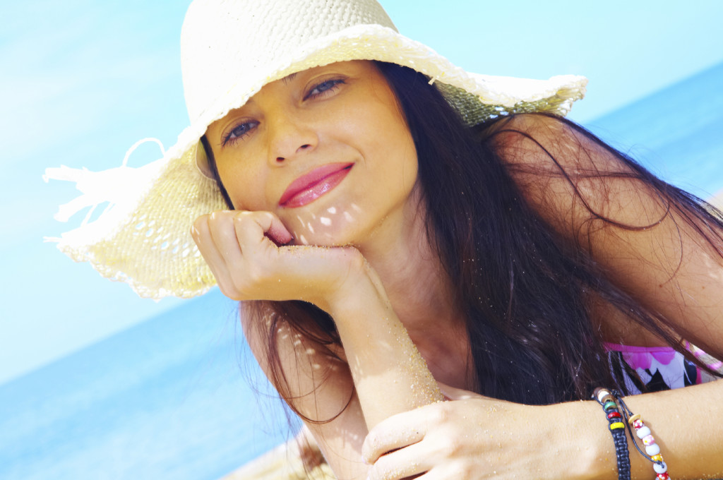 woman-beach-hat-1024x680